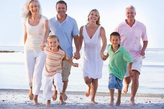 Extended-family-on-beach